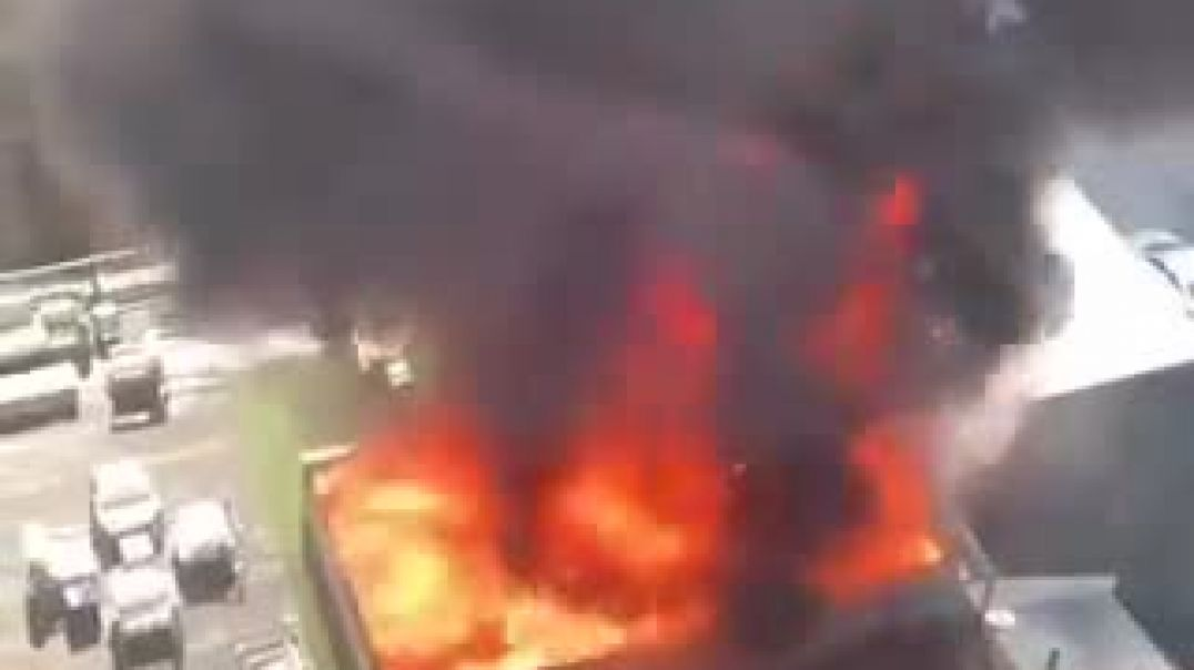 JUST IN - Massive fire burning at a roof of an apartment building in Chicago